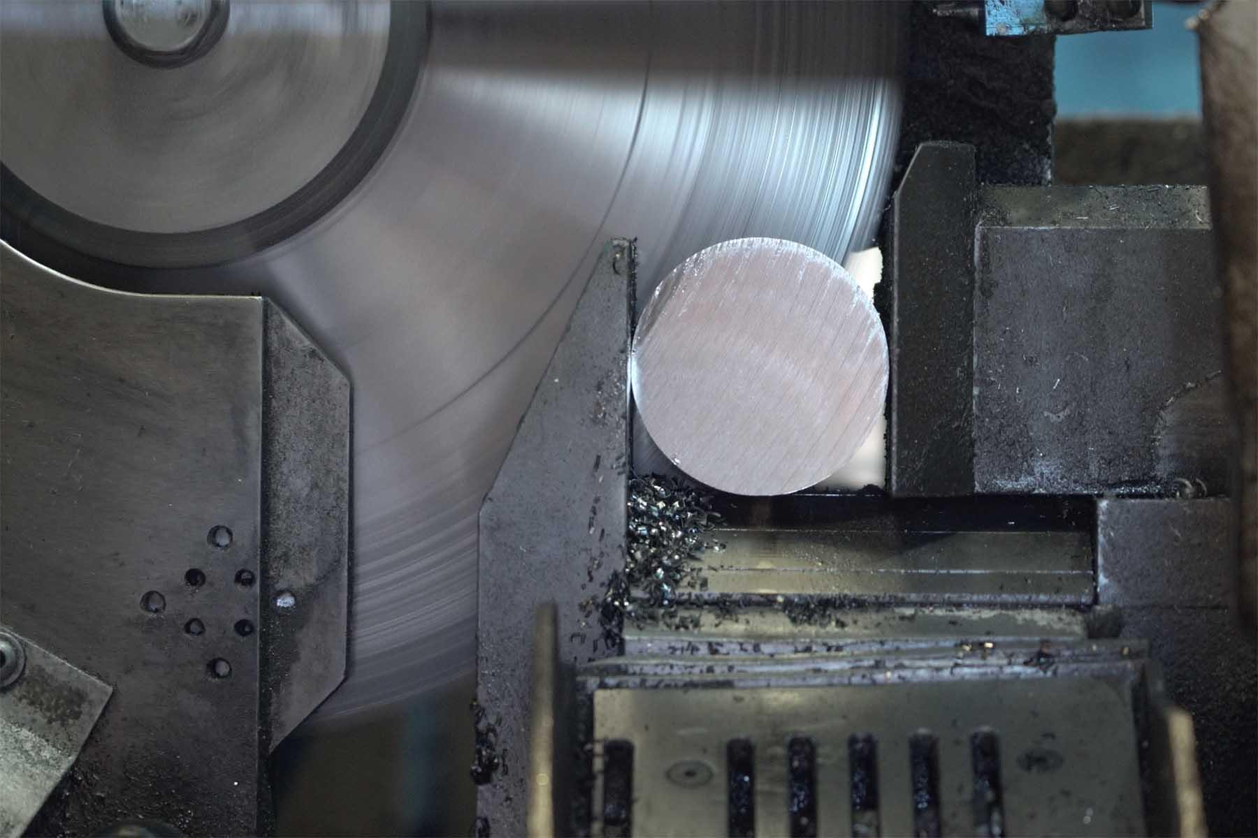 Nahaufnahme von einem Sägeblatt, dass ein Metallteil zerschneidet